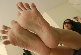 Gpddess Leyla solo feet with the addition of long nails up regulate whilst filing nails